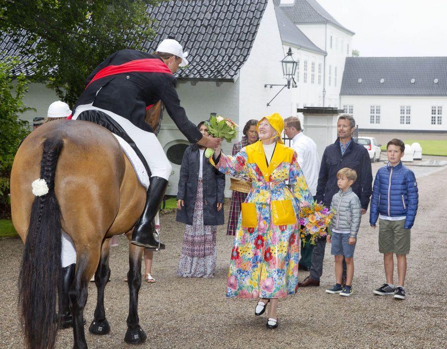 La Famille Royale Du Danemark Assiste Au Passage Du Ringriding Au Château De Gråsten  2