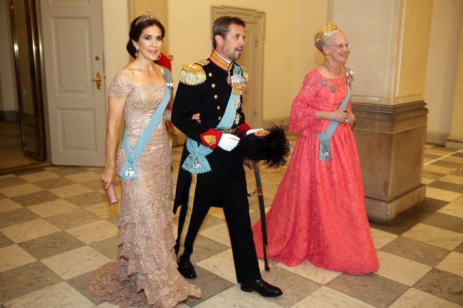 La princesse Mary et le prince Frederik avec la reine Margrethe II de Danemark à Copenhague, le 26 mai 2018