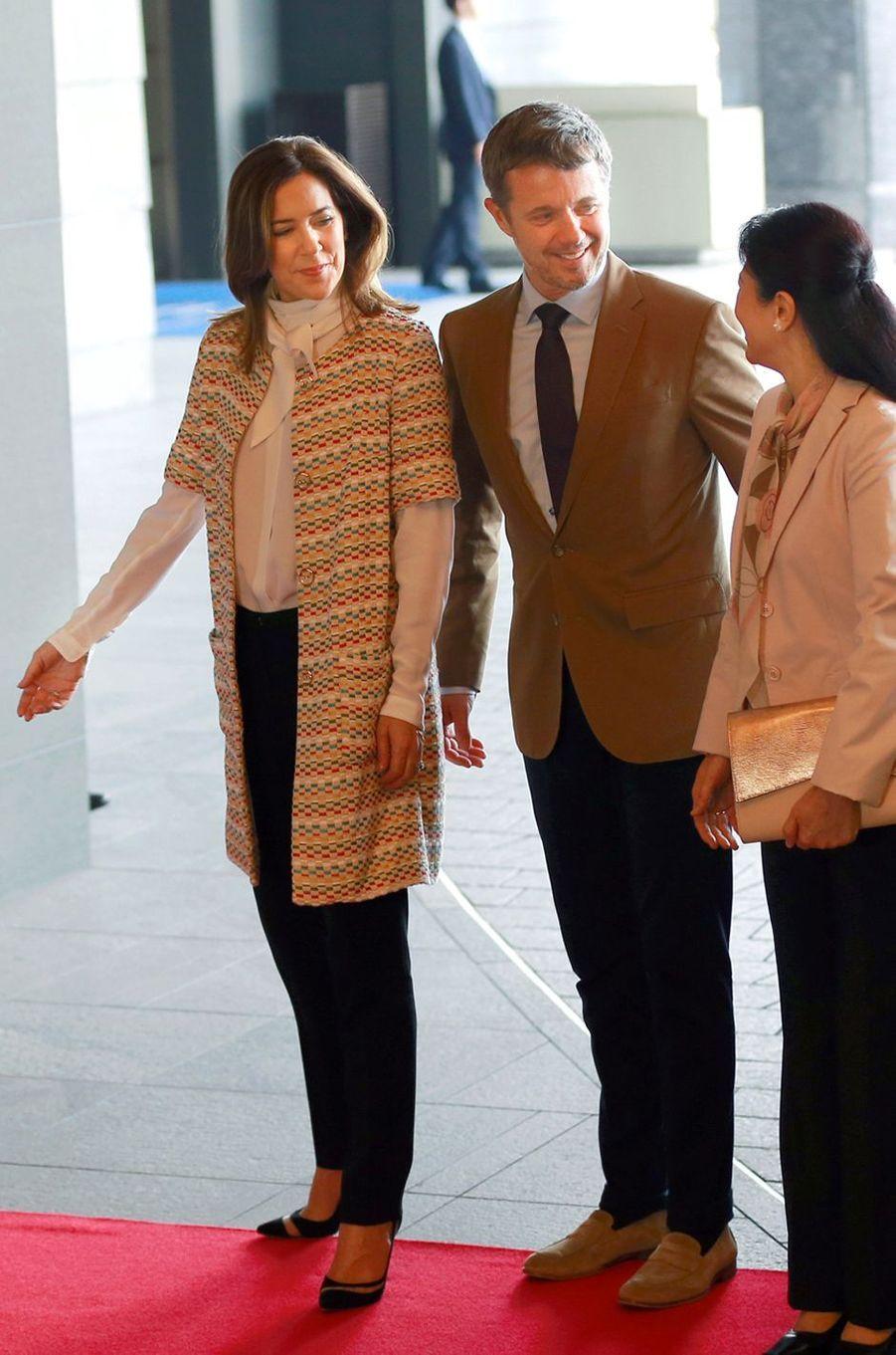 La princesse Mary de Danemark dans un manteau Ole Yde au Japon, le 8 octobre 2017