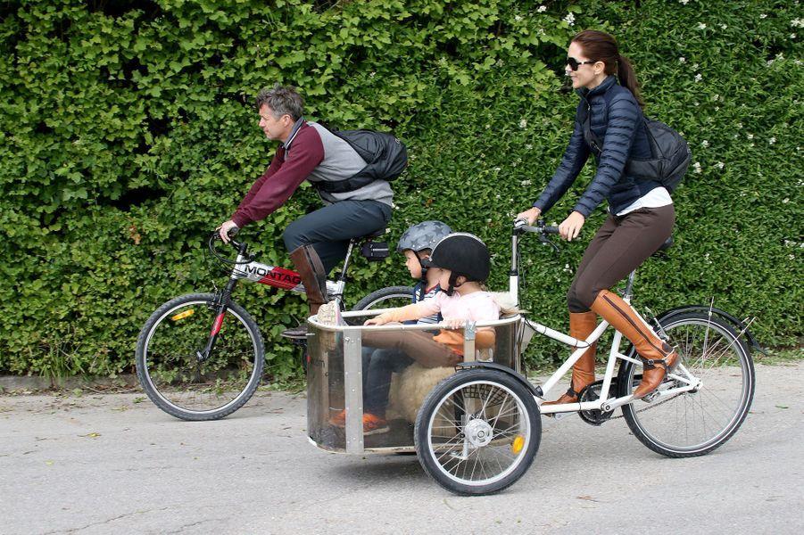 Mary emmène la famille pour une balade en vélo