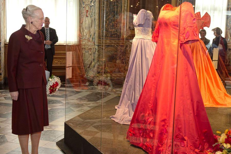 La reine Margrethe II de Danemark inaugure l'exposition consacrée à sa garde-robe à à Hillerod, le 25 mars 2015