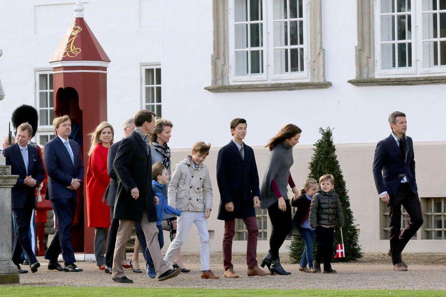 La famille et les invités royaux de la reine Margrethe II de Danemark au palais de Fredensborg, le 16 avril 2015