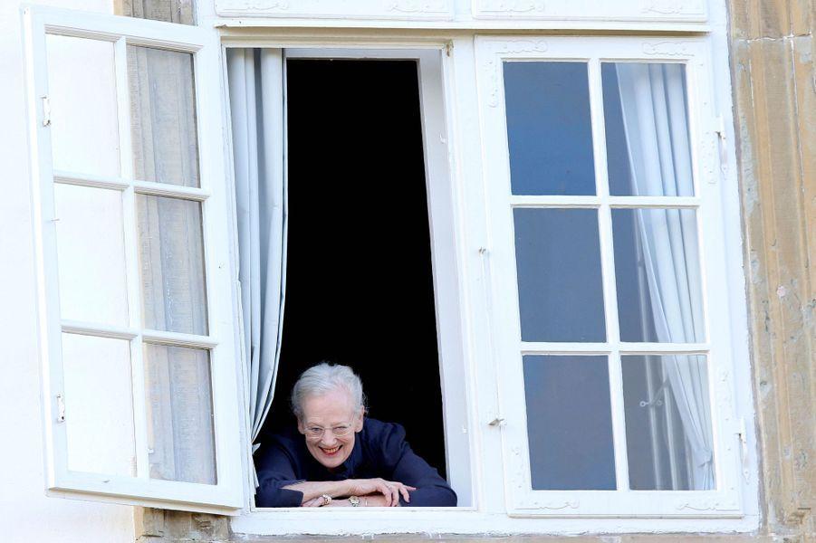La reine Margerethe II de Danemark à la fenêtre du palais de Fredensborg, le 16 avril 2015