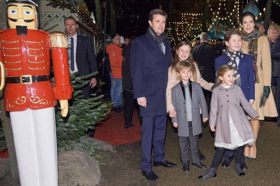 La princesse Mary et le prince Frederik de Danemark avec leurs enfants à Copenhague, le 1er décembre 2016