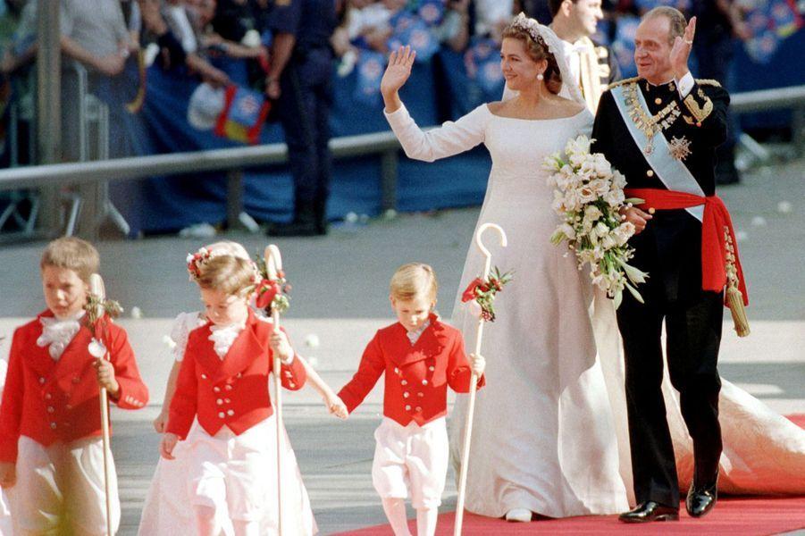 L'infante Cristina d'Espagne, le jour de son mariage, avec son père le roi Juan Carlos, à Barcelone le 4 octobre 1997