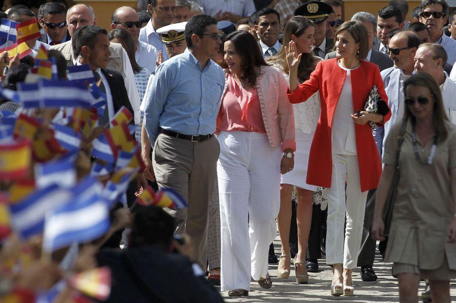 La reine Letizia d'Espagne avec Ana Garcia Hernandez à Comayagua, le 26 mai 2015