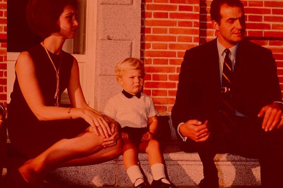 Le prince Felipe d'Espagne avec ses parents, le 18 décembre 1969