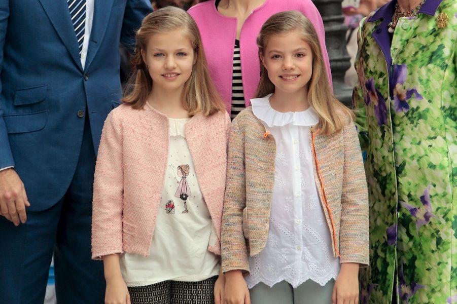La princesse Leonor d'Espagne avec sa soeur la princesse Sofia à Palma de Majorque, le 27 mars 2016