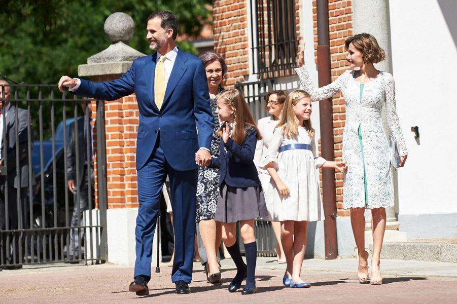 La reine Letizia et le roi Felipe VI avec Leonor et Sofia à la communion de Leonor à Madrid, le 20 mai 2015