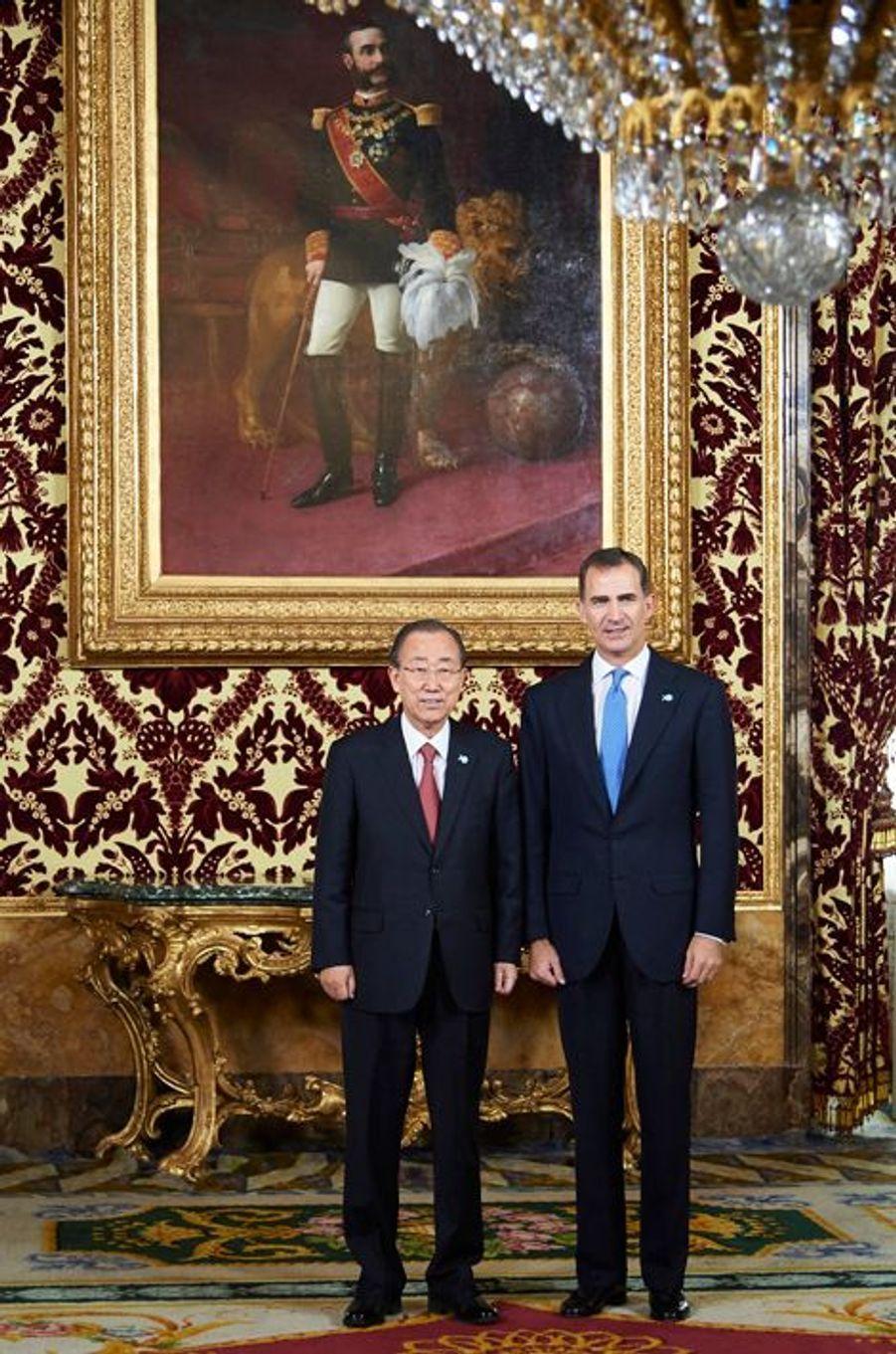 Le roi Felipe VI d'Espagne avec Ban Ki-moon au Palais royal à Madrid, le 29 octobre 2015