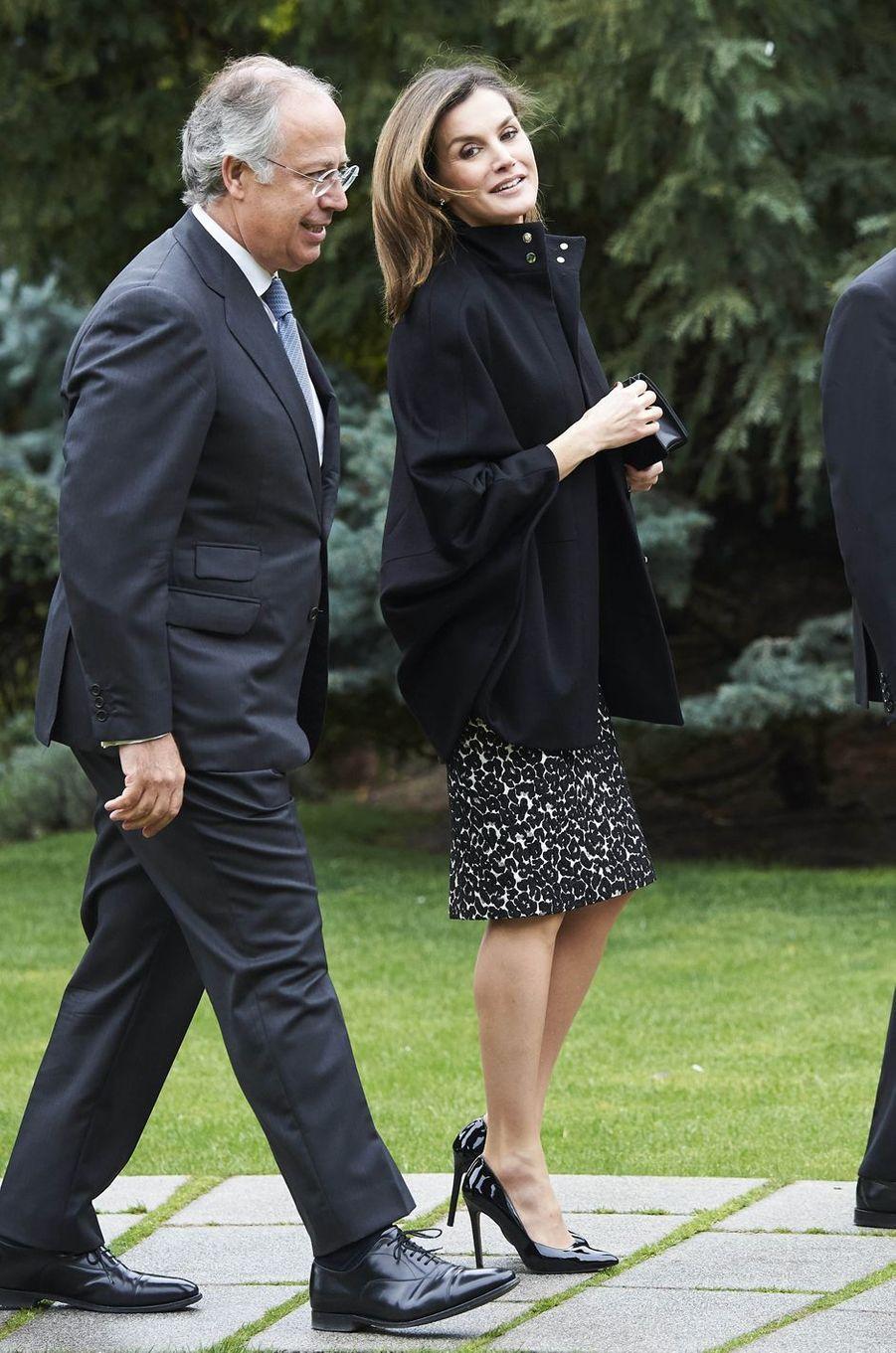 La reine Letizia d'Espagne dans un look black & white à Madrid, le 9 avril 2018