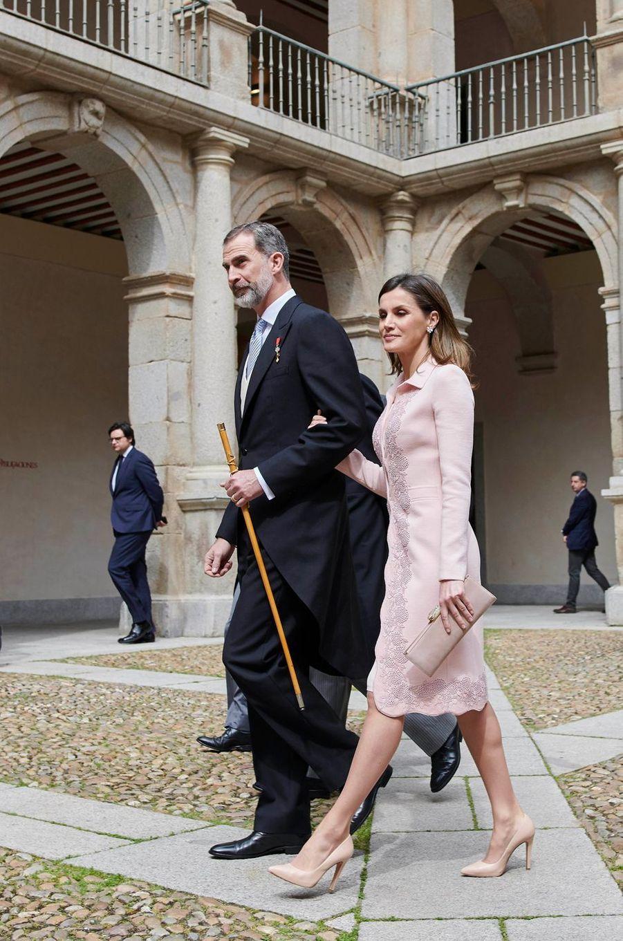 La reine Letizia, dans un look Felipe Varela, et le roi Felipe VI d'Espagne à Alcala de Henares, le 23 avril 2018