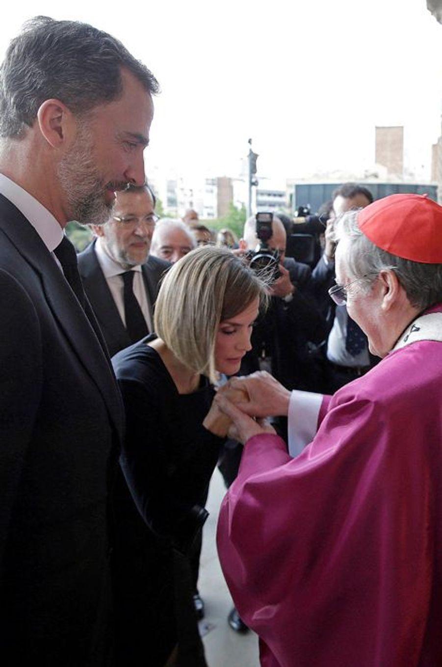 La reine Letizia et le roi Felipe avec le cardinal archevèque de Barcelone, le 27 avril 2015