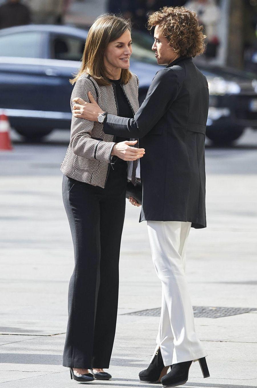 La reine Letizia d'Espagne avec la ministre Dolors Monserrat à Madrid, le 5 avril 2018