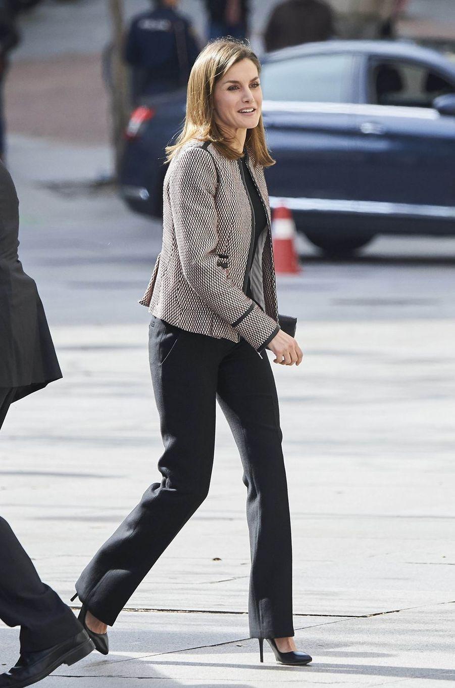 La reine Letizia d'Espagne dans une veste Hugo Boss à Madrid, le 5 avril 2018