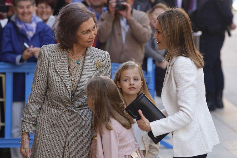 La reine Letizia d'Espagne avec ses filles et sa belle-mère l'ex-reine Sofia à Palma de Majorque, le 5 avril 2015