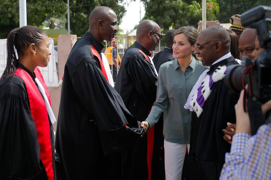 La reine Letizia d'Espagne, en look casual, au Sénégal, le 13 décembre 2017