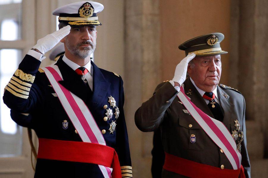 Le roi Felipe VI d'Espagne et l'ancien roi Juan Carlos à Madrid, le 6 janvier 2018