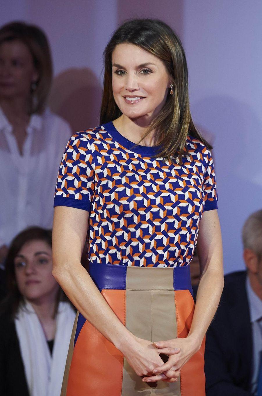 La reine Letizia d'Espagne dans un pull Hugo Boss à Madrid, le 7 mai 2018