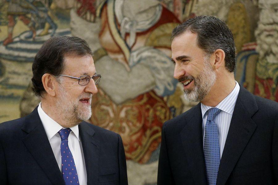 Le roi Felipe VI d'Espagne avec le Premier ministre Mariano Rajoy au palais de la Zarzuela à Madrid, le 4 novembre 2016
