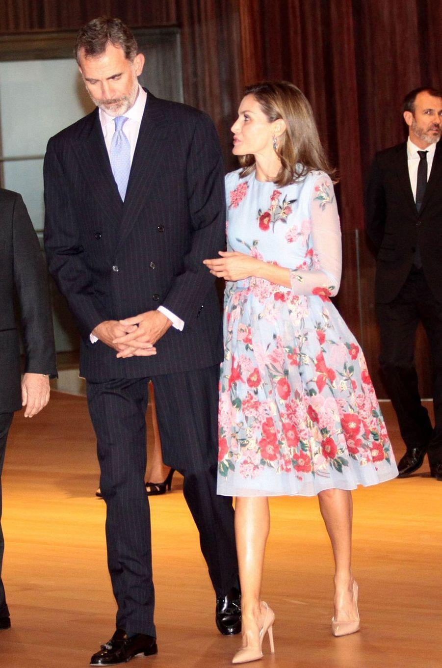La reine Letizia et le roi Felipe VI d'Espagne dans une robe Carolina Herrera à Palma de Majorque, le 25 septembre 2017