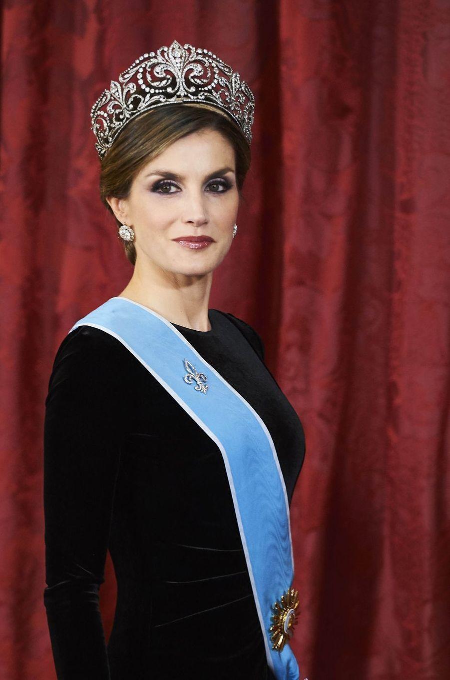 """La reine Letizia d'Espagne porte le diadème """"fleur de lys"""" à Madrid, le 22 février 2017"""