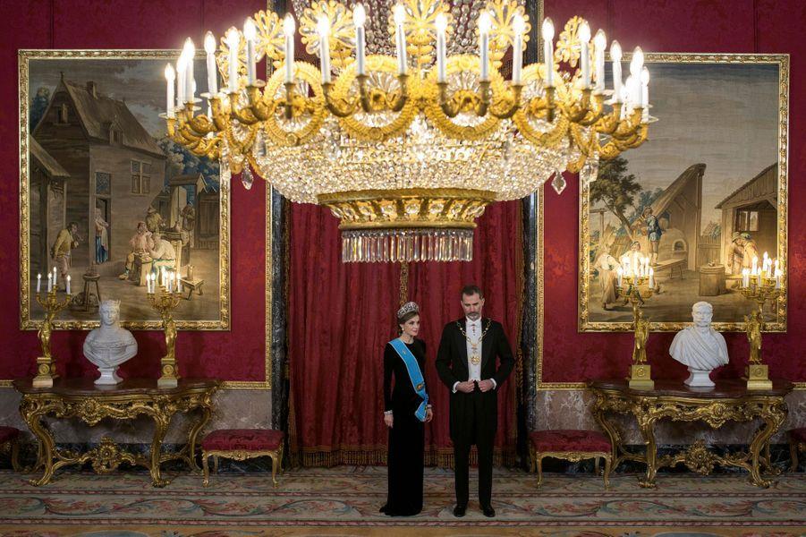 La reine Letizia et le roi Felipe VI d'Espagne sous les ors du Palais royal à Madrid, le 22 février 2017