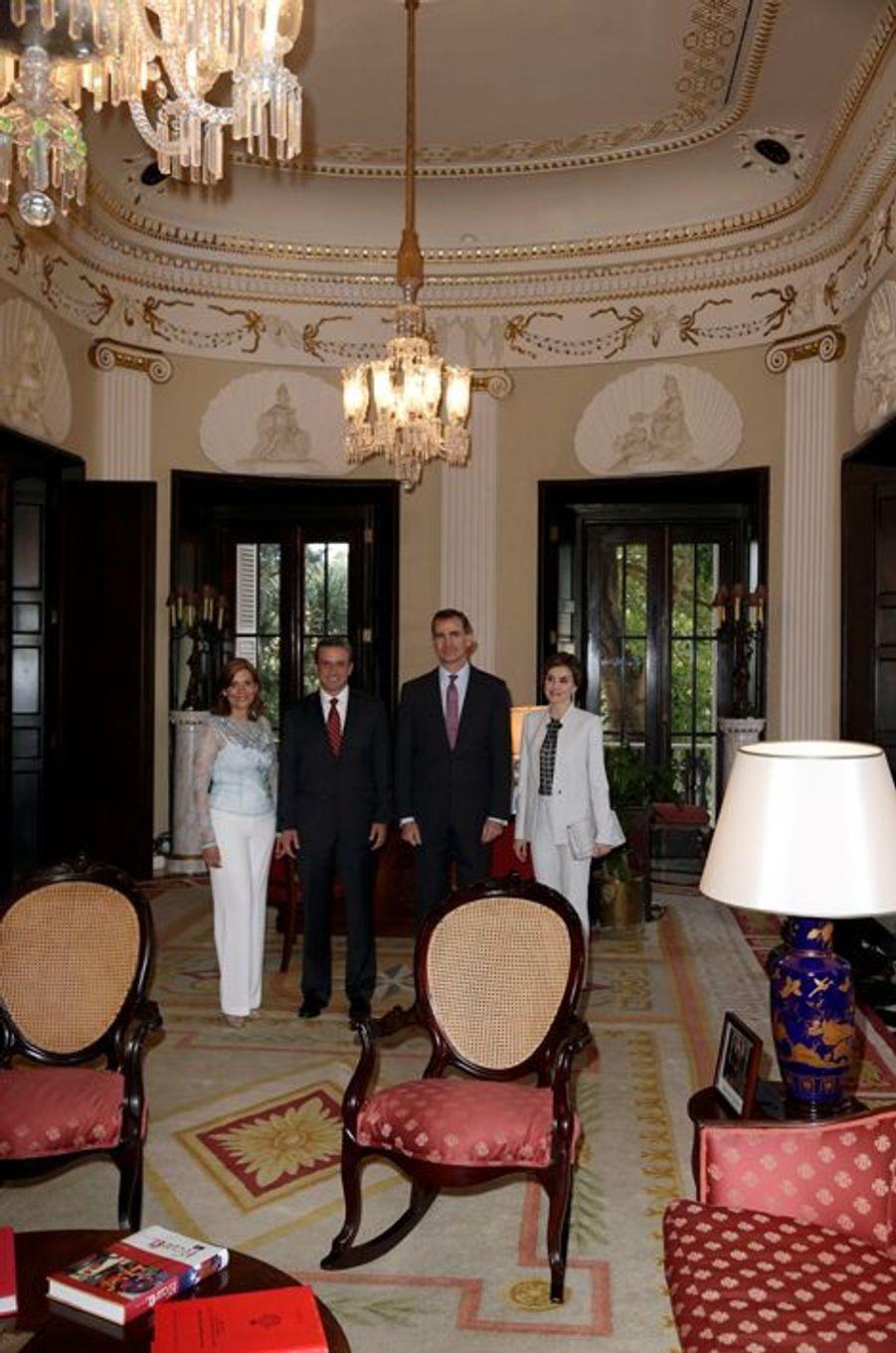 La reine Letizia et le roi Felipe VI d'Espagne à Porto Rico avec le gouverneur de l'île et sa femme, le 15 mars 2016