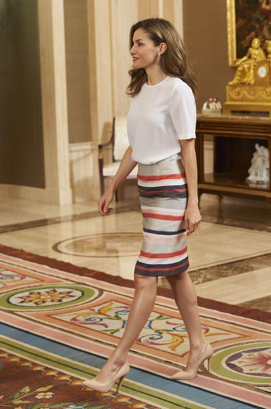 La reine Letizia d'Espagne dans une jupe Hugo Boss à Madrid, le 5 juillet 2017