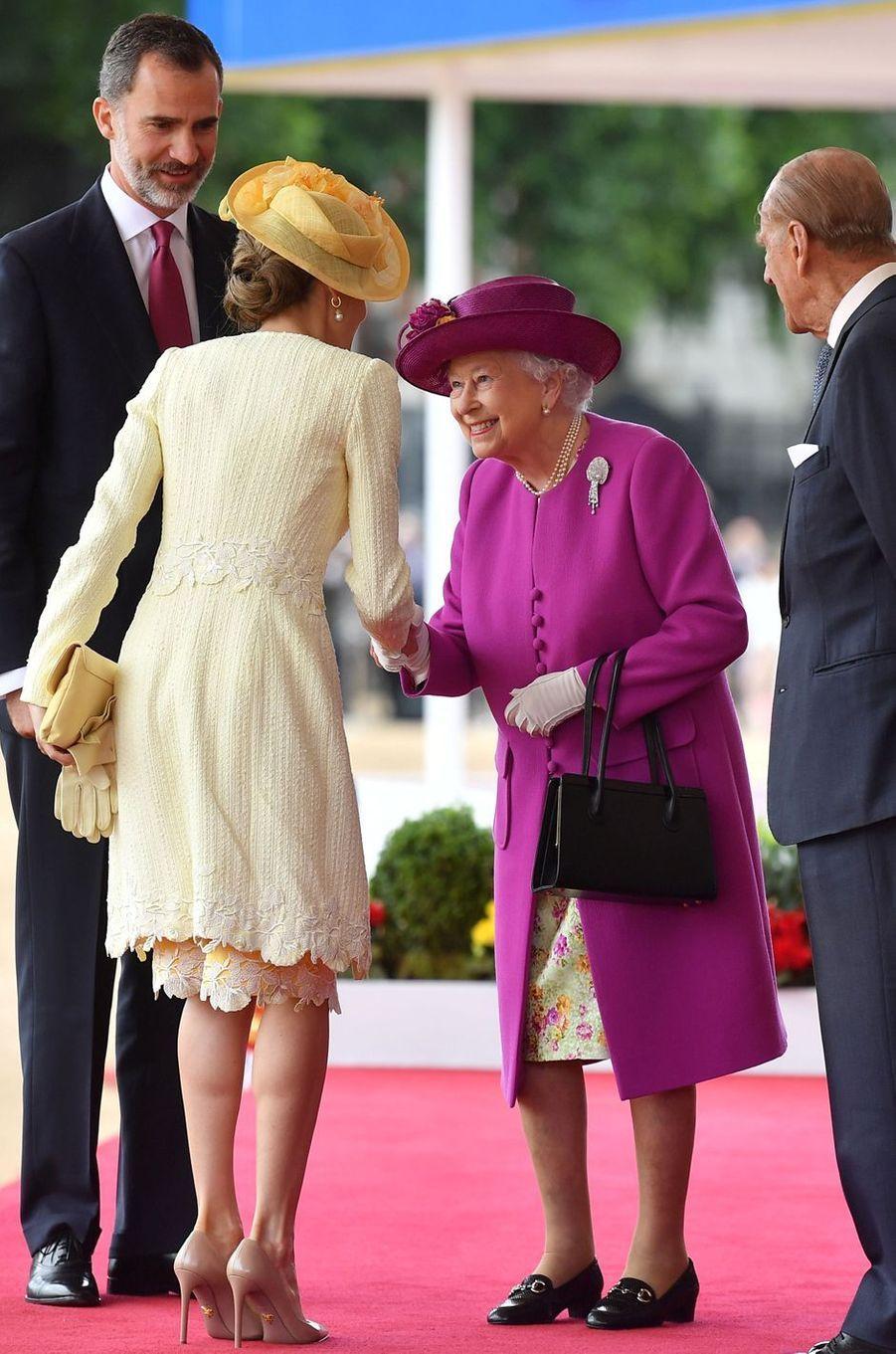 La reine Letizia d'Espagne s'est coiffée d'un chapeau pour rencontrer Elizabeth II à Londres, le 12 juillet 2017