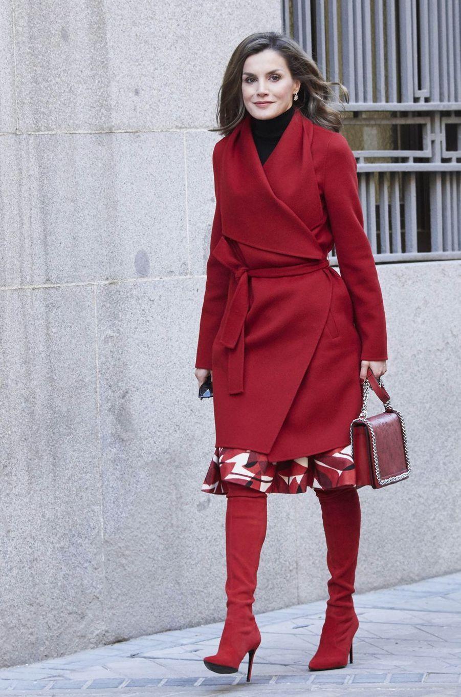 La reine Letizia d'Espagne dans un look tendance à Madrid, le 21 décembre 2017