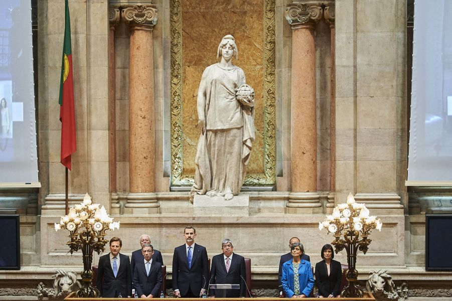 Le roi Felipe VI d'Espagne prononce un discours devant l'Assemblée de la République portugaise au Palais de Sao Bento à Lisbonne, le 30 novembre 2016