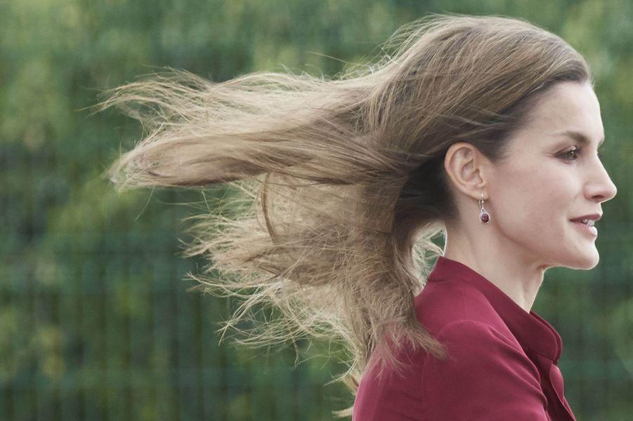 La reine Letizia d'Espagne face au vent à San Adrian, le 6 juin 2017