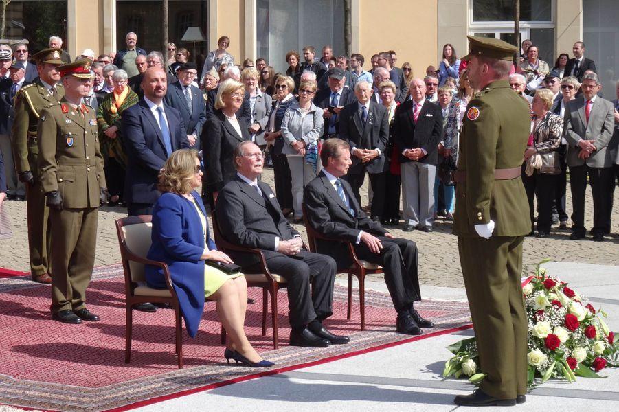 Le grand-duc Henri de Luxembourg avec Maria-Teresa et Jean de Luxembourg à Luxembourg, le 14 avril 2015