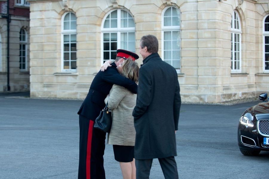 Leurs Altesses Royales le Prince Sébastien, la Grande-Duchesse et le Grand-Duc devant l'Académie royale militaire de Sandhurst.