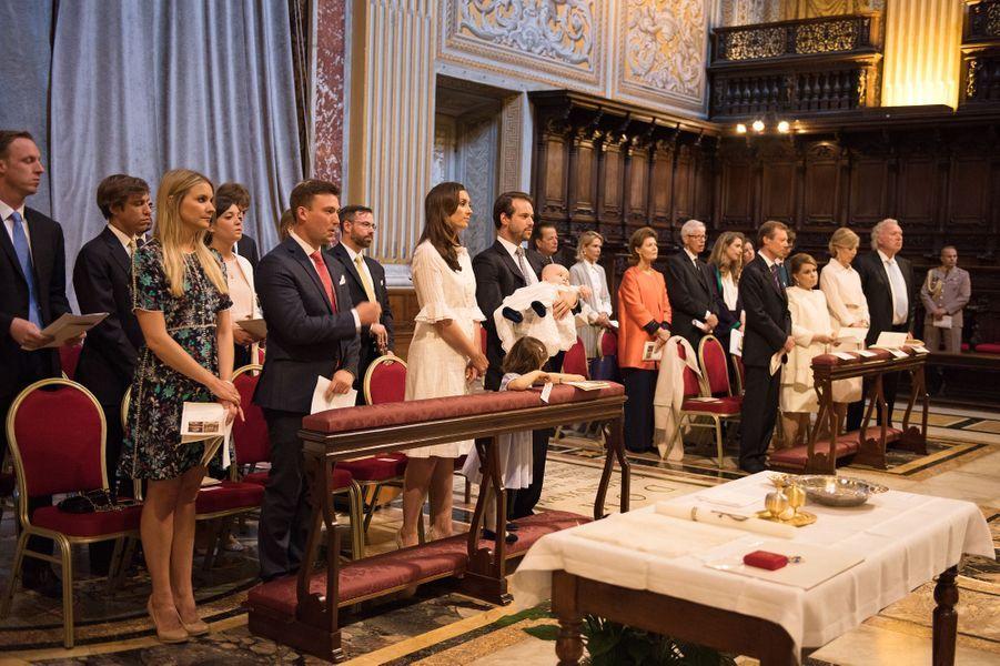 La famille grand-ducale au baptême du prince Liam de Luxembourg dans la basilique Saint-Pierre au Vatican, le 22 avril 2017