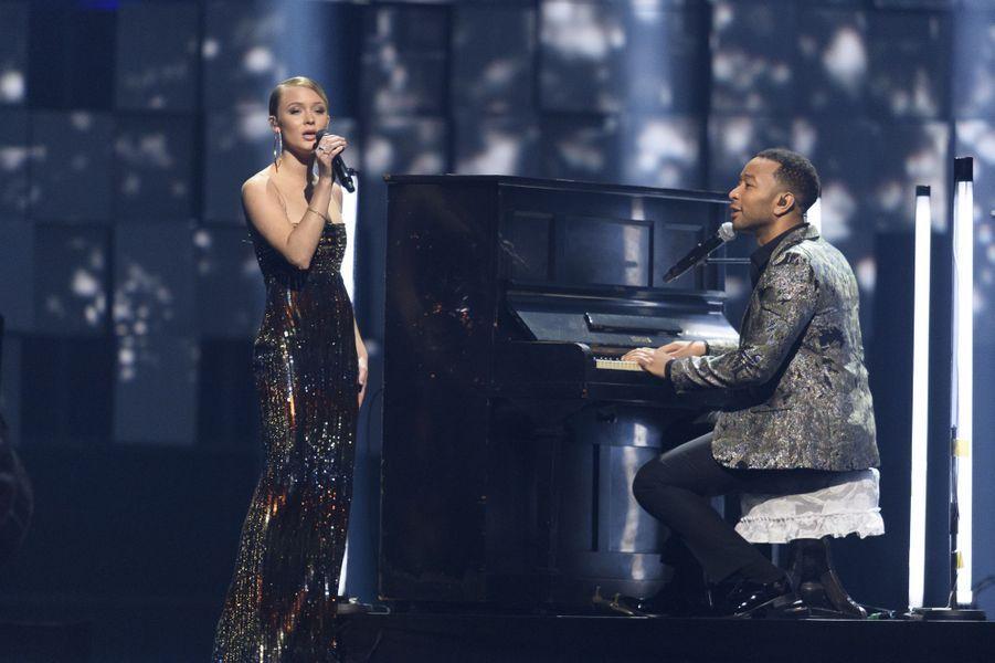 """Zara Larsson et John Legend, jouant sur un """"Hibaku Pianos"""" à Oslo, le 11 décembre 2017"""