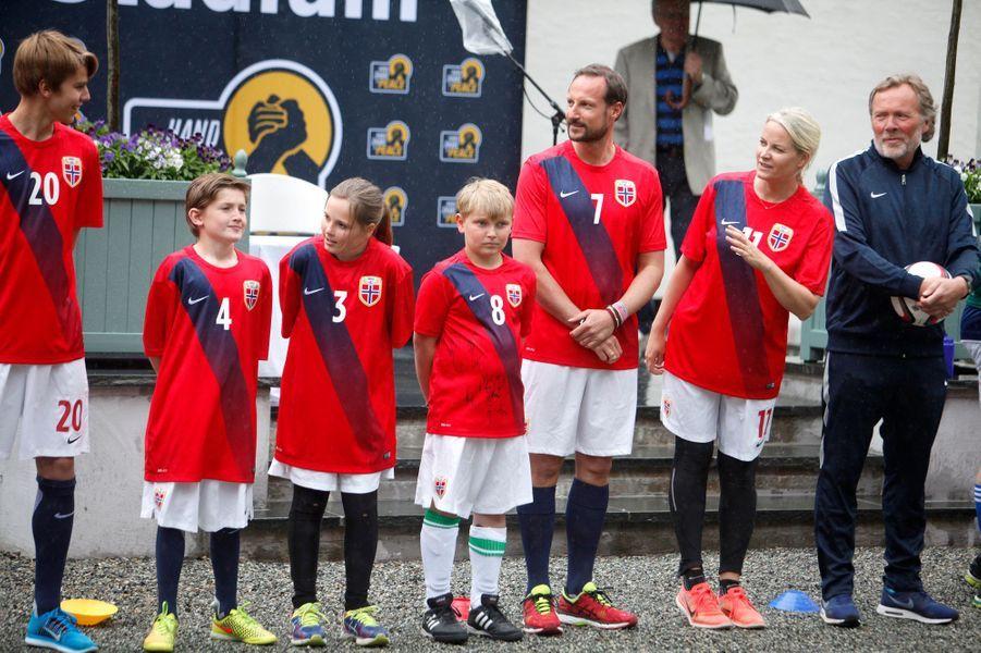 La princesse Mette-Marit et le prince Haakon de Norvège avec leurs enfants à Asker, le 20 juin 2016