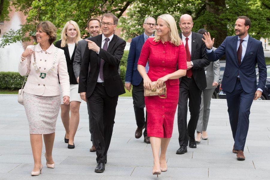 Le prince Haakon et la princesse Mette-Marit de Norvège à Hoevik, le 31 mai 2017