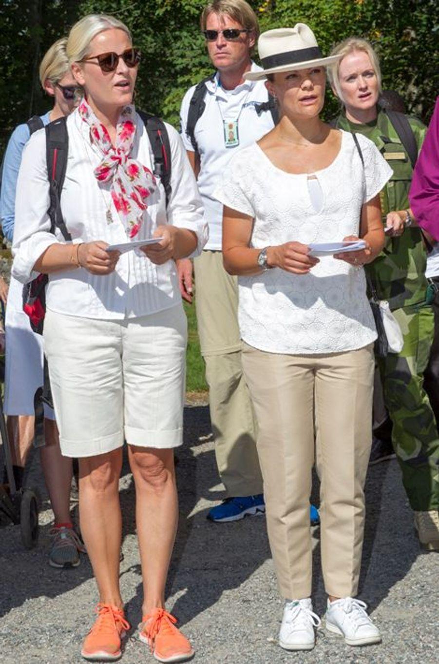 Les princesses Mette-Marit de Norvège et Victoria de Suède à Halden en Norvège, le 22 août 2015