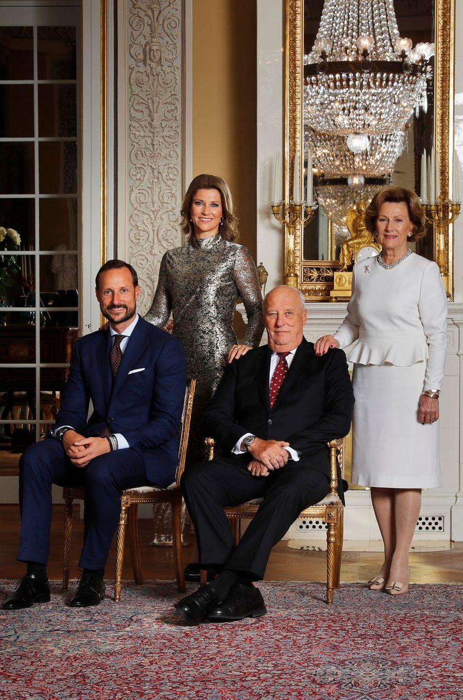 La reine Sonja et le roi Harald V de Norvège avec leurs enfants le prince Haakon et la princesse Märtha Louise, le 17 octobre 2016