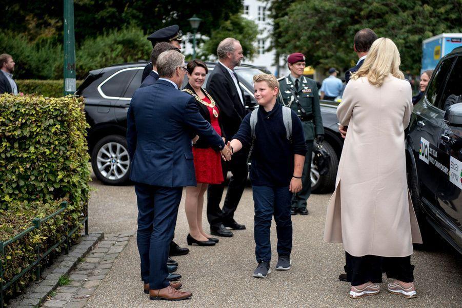 La princesse Mette-Marit de dos et le prince Sverre Magnus à Bergen, le 24 septembre 2017