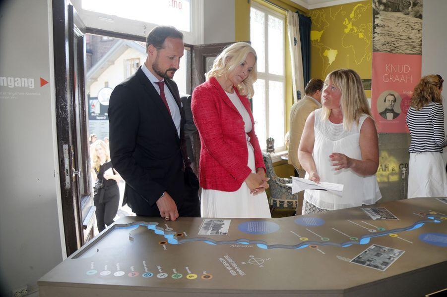 La princesse Mette-Marit et le prince Haakon de Norvège dans le quartier Sagene à Oslo, le 14 mai 2018