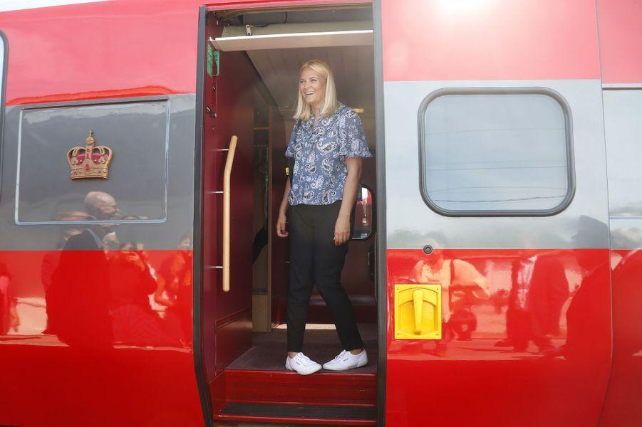 La princesse Mette-Marit de Norvège descend du Train de la littérature, le 6 juin 2018