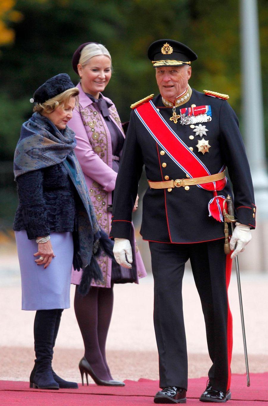 La princesse Mette-Marit avec la reine Sonja et le roi Harald V de Norvège à Oslo, le 10 octobre 2016