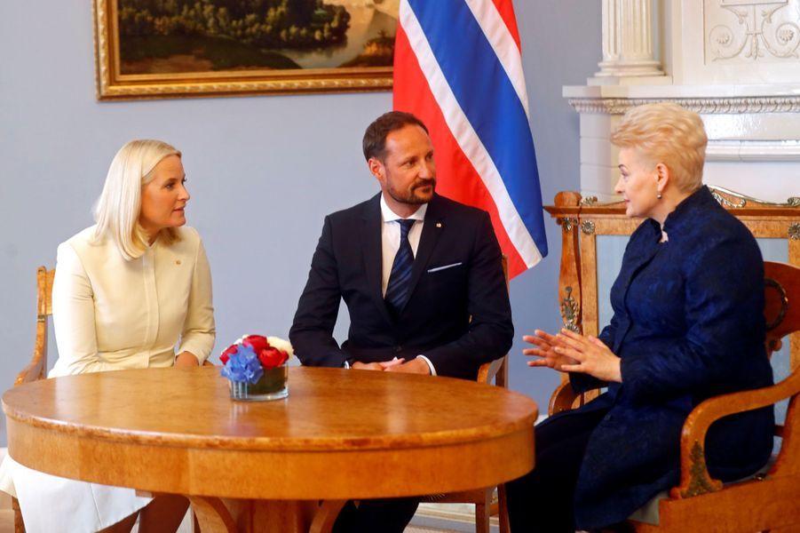 La princesse Mette-Marit et le prince Haakon de Norvège avec la présidente de la Lituanie à Vilnius, le 24 avril 2018