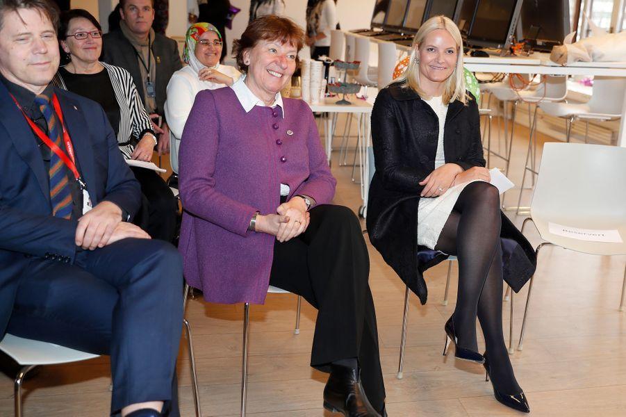 La princesse Mette-Marit de Norvège dans un look bicolore à Oslo, le 16 mars 2017