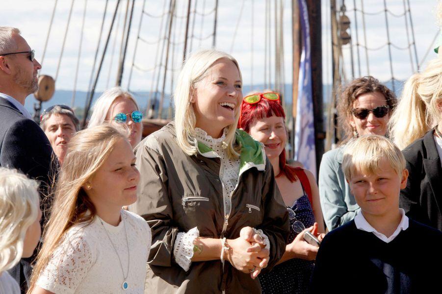 La princesse Mette-Marit de Norvège avec Ingrid Alexandra et Sverre Magnus à Oslo, le 27 août 2016