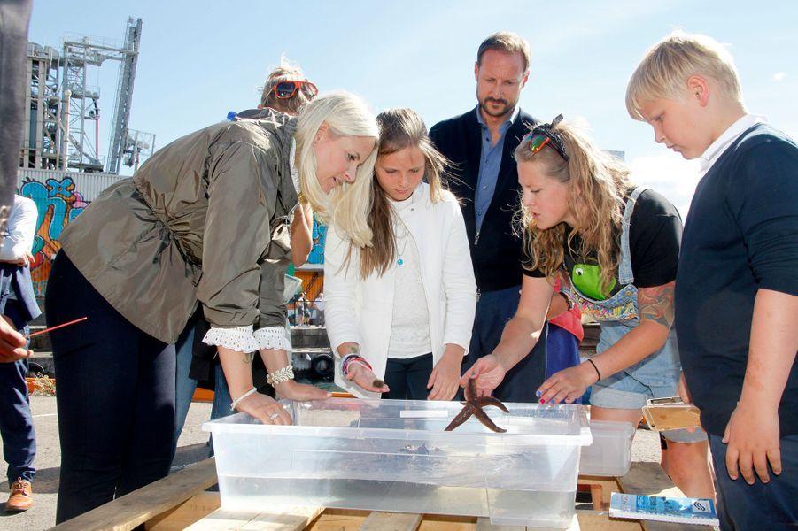 La princesse Mette-Marit et le prince Haakon de Norvège avec leurs enfants à Oslo, le 27 août 2016