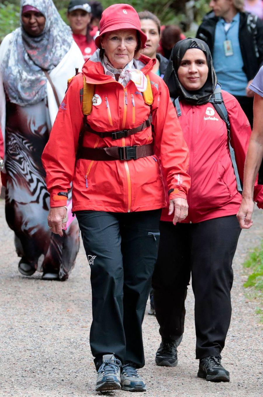 La reine Sonja de Norvège en tenue de randonnée à Drammen le 24 août 2017
